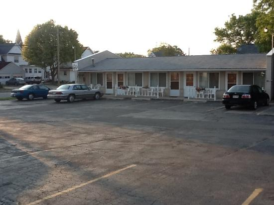 Inn Town Motel: view of car park