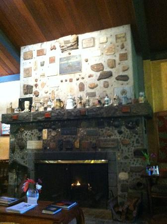 Kilauea Lodge: Fireplace in the dining room