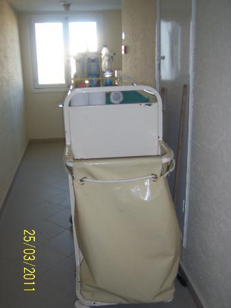 Hotel Les Quatre Saisons: presence permanente du chariot de ménage devant la chambre
