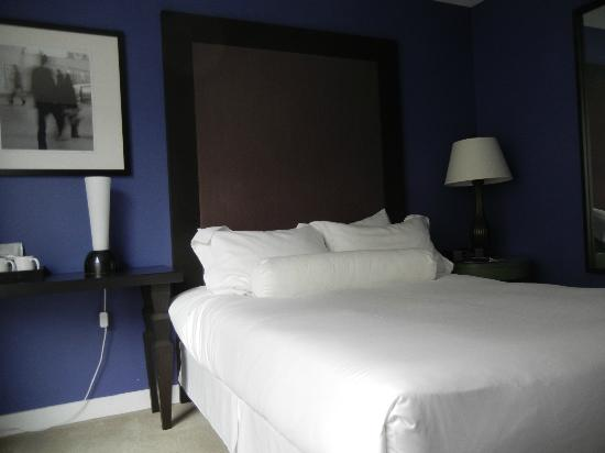 Opus Hotel: A queen bed room