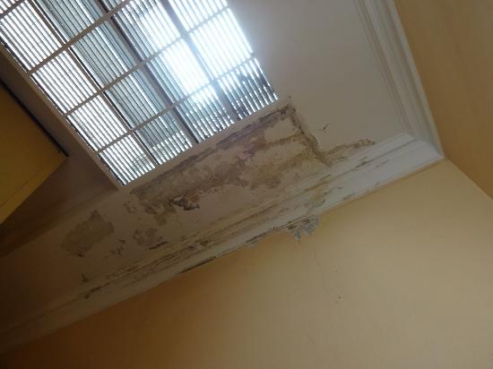 Tiziano Hotel: peeling paint