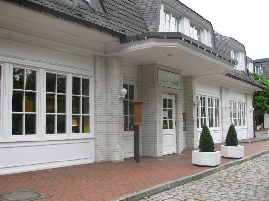 Courtyard Hamburg Airport: Aussenansicht des Hotels von der Terrasse