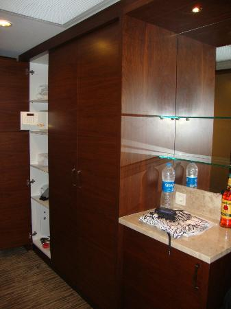 Belconti Resort Hotel: Bar, Wardrobe, safe