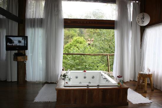 """Hotel Warabi: banheira e vista da """"Casa d'agua"""""""