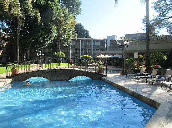 Marriott Puebla Hotel Meson del Angel: Pool area with a nice bridge