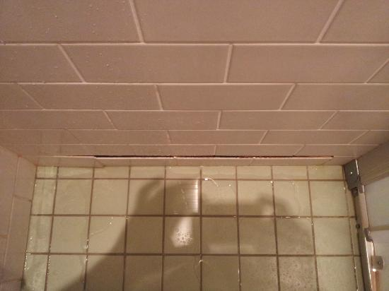 Holiday Inn Helsinki West-Ruoholahti: Base of shower - tiles separated from wall with mildew/mold behind