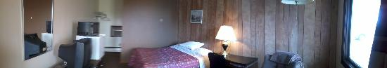 Leonard Motel: A picture of a single Queen room