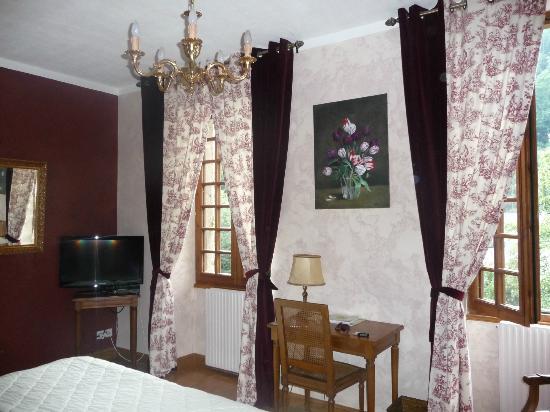 Hostellerie du Grand Duc : part of the bedroom