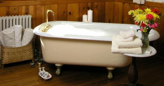 Sandaway Waterfront Lodging: Antique clawfoot tub in a Deluxe Waterfront Suite at Sandaway in Oxford, Maryland.