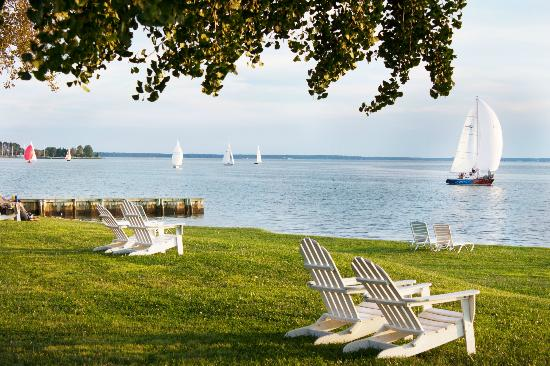 Sandaway Waterfront Lodging: Sandaway's waterfront lawn in Oxford, Maryland.