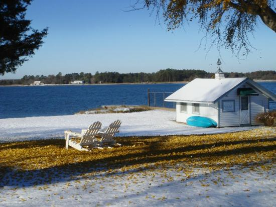 Sandaway Waterfront Lodging Suites and Beach: Sandaway's boathouse sitting room in December.