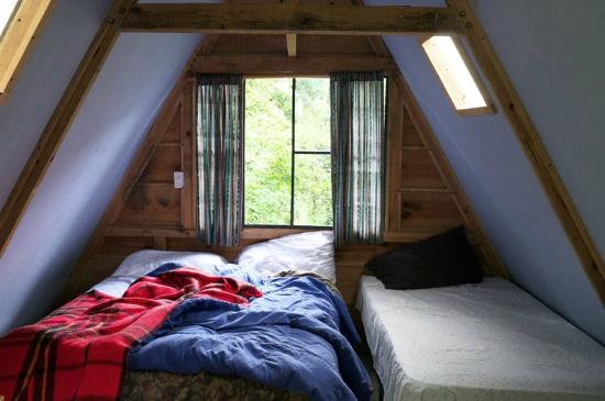 Earth Lodge: sheets and blankets made of synthetic fibres