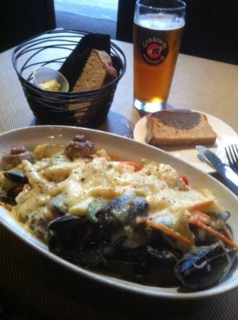 Waterfront Warehouse Restaurant: Seafood Thermidore, Molassas bread and Garrison beer delicious!