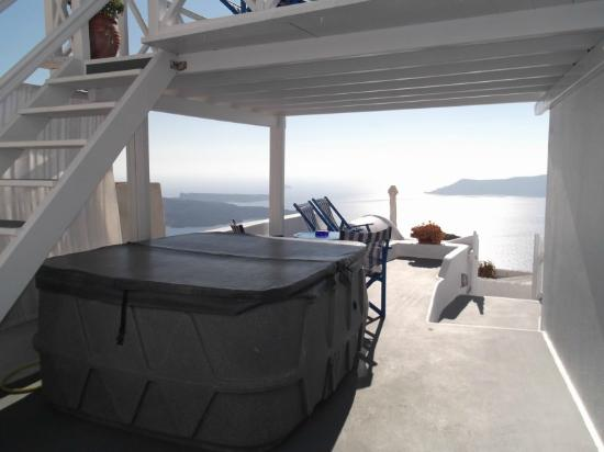 Artemis Villas: AMAZING JACUZZI to watch sunset!