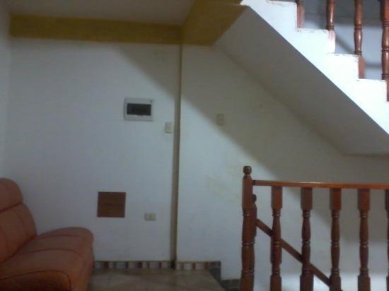 """Intipata Sum Place Hotel: """"hall"""" que conecta las habitaciones, se puede ver la falta de pintura y el deterioro."""