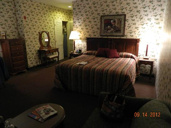 Red Maple Inn Bed & Breakfast: Wonderful bed, they have thought of everything