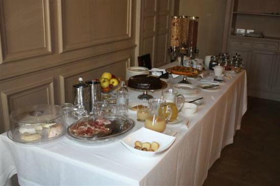 Palazzo Righini: Nice breakfast buffet on top of made-to-order eggs and fresh fruit salad