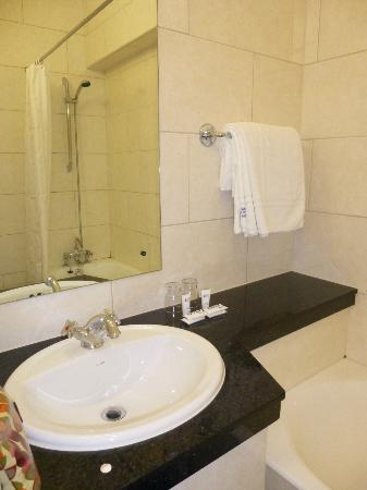 Imperial Hotel: Updated Bathroom