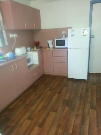 Cronulla Cabins : Kitchen with sticky floor and dirty cutlery and plates