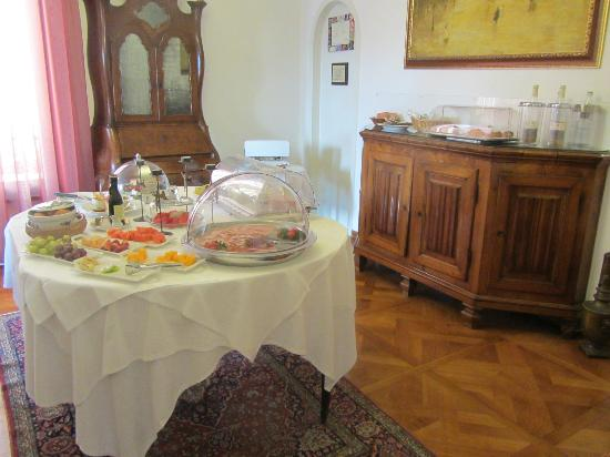Ca' Angeli: Croissants, pastries, cookies, toast on sideboard