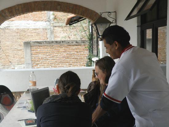 Adelita Language School: Luis y varios estudiantes
