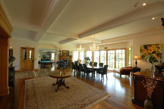 Matauwhi Bay Manor: Formal Dining Area