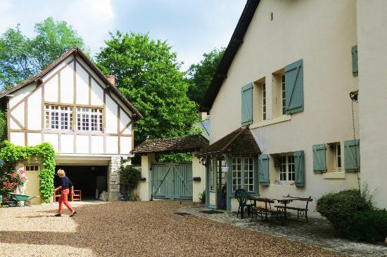 Le Moulin des Charmes : driveway