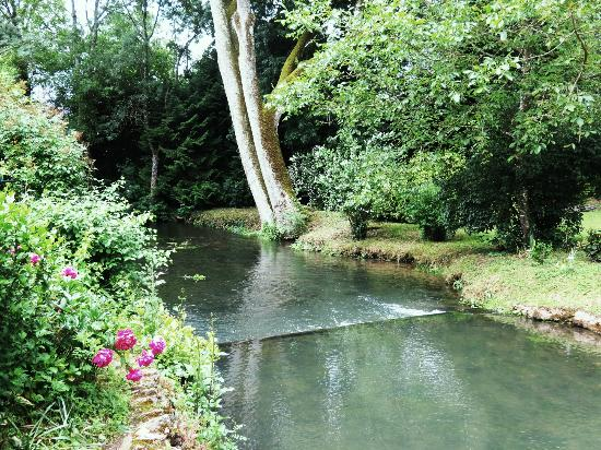 Le Moulin des Charmes : stream in back of house