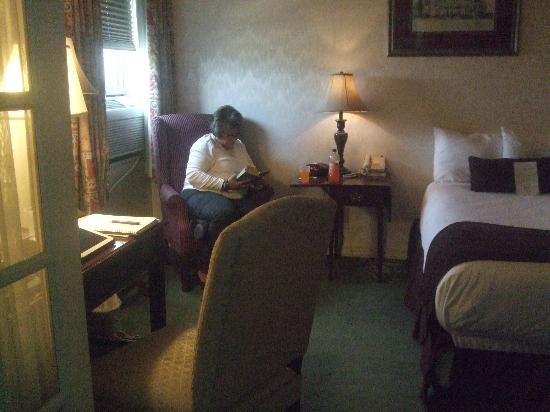 Genetti Hotel & Suites : Desk area in the front where the queen bed was in