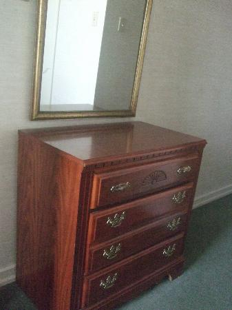Genetti Hotel & Suites: Dresser in the master room