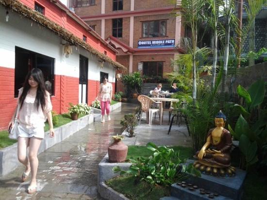 Hotel Middle Path & Spa: Open garden