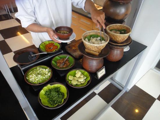Hotel Santika Makassar: Delicious Coto Makassar for breakfast