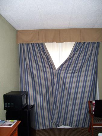 Holiday Inn Express & Suites Port Clinton: Pinned drapes to block viewers from outside