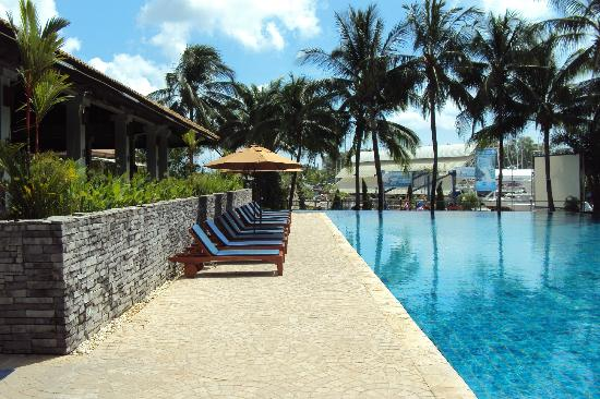 Phuket Boat Lagoon Resort: Eatery off to the left of pool