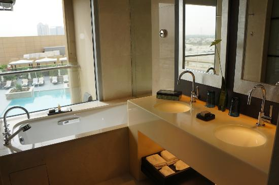 The Address Dubai Mall: Bright Bathroom- welcome on early mornings!