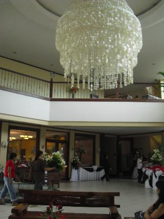 Vista Marina Hotel and Resort: Lobby -Hi ceiling open air