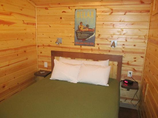 NIAGARA FALLS / GRAND ISLAND KOA: Cabin bedroom