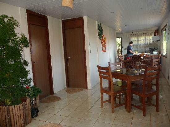 Pousada do Biu: comedor y las dos puertas de las otras 2 habitaciones de la Pousada