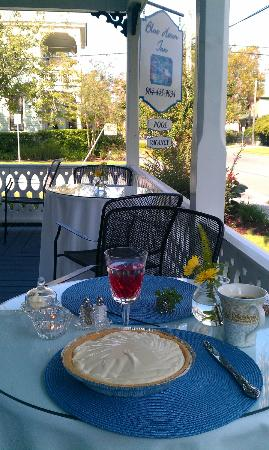 Blue Heron Inn - Amelia Island : Breakfast on the porch