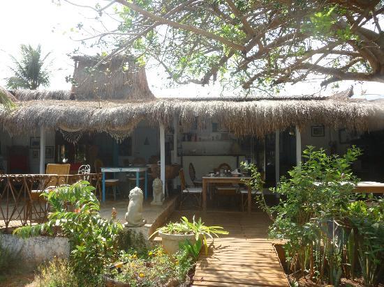 Beijupirá Lodge Noronha: vista desde el jardín al lugar del desayuno