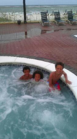 Flamingo Motel: Having fun in the hotub!