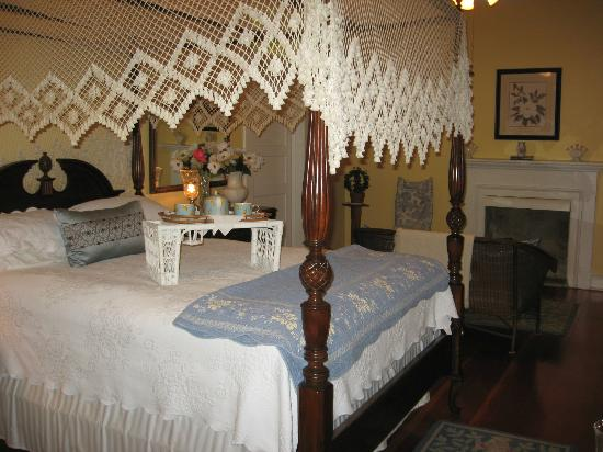Magnolia Cottage Bed & Breakfast: cozy suite