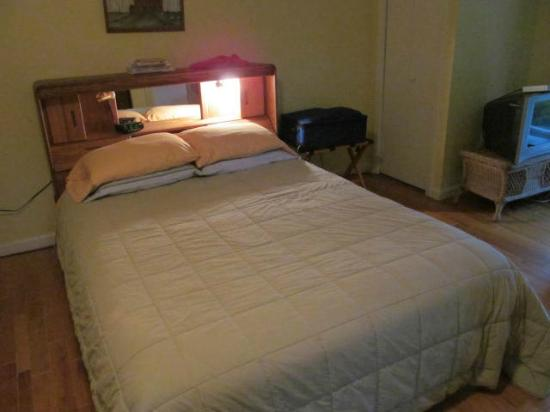 Mariaville Lake Bed & Breakfast: Queen size bed in Country Room