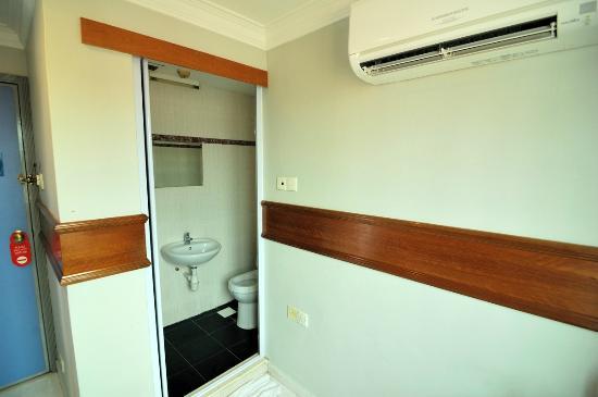 Aliwal Park Hotel: Toilet&shower