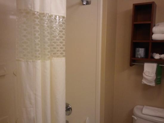 Hampton Inn Oklahoma City-Northwest : Bathroom - roomy, plenty of towels
