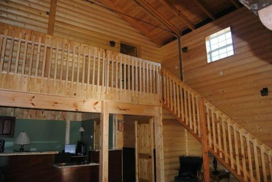 Fly Inn Lodge: Stairs, balcony, and office area
