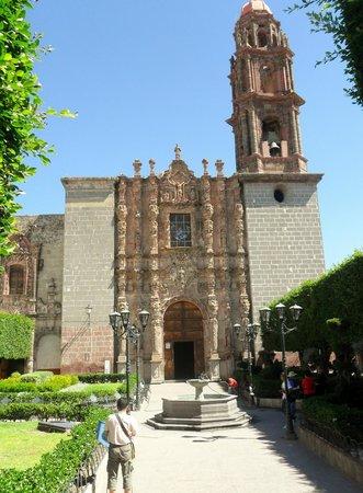 Posada Real de la Cruz: templo de san francisco, centro