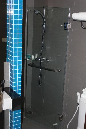 FX Hotel Metrolink Makkasan: Shower 