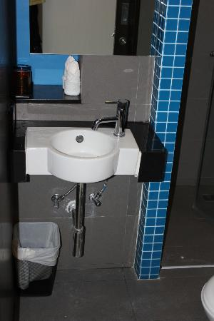 FX Hotel Metrolink Makkasan: Bathroom sink