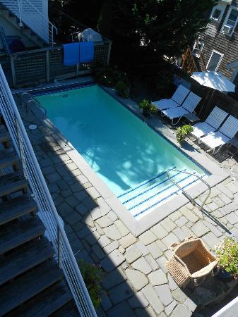 8 دير هوتل: Pool 